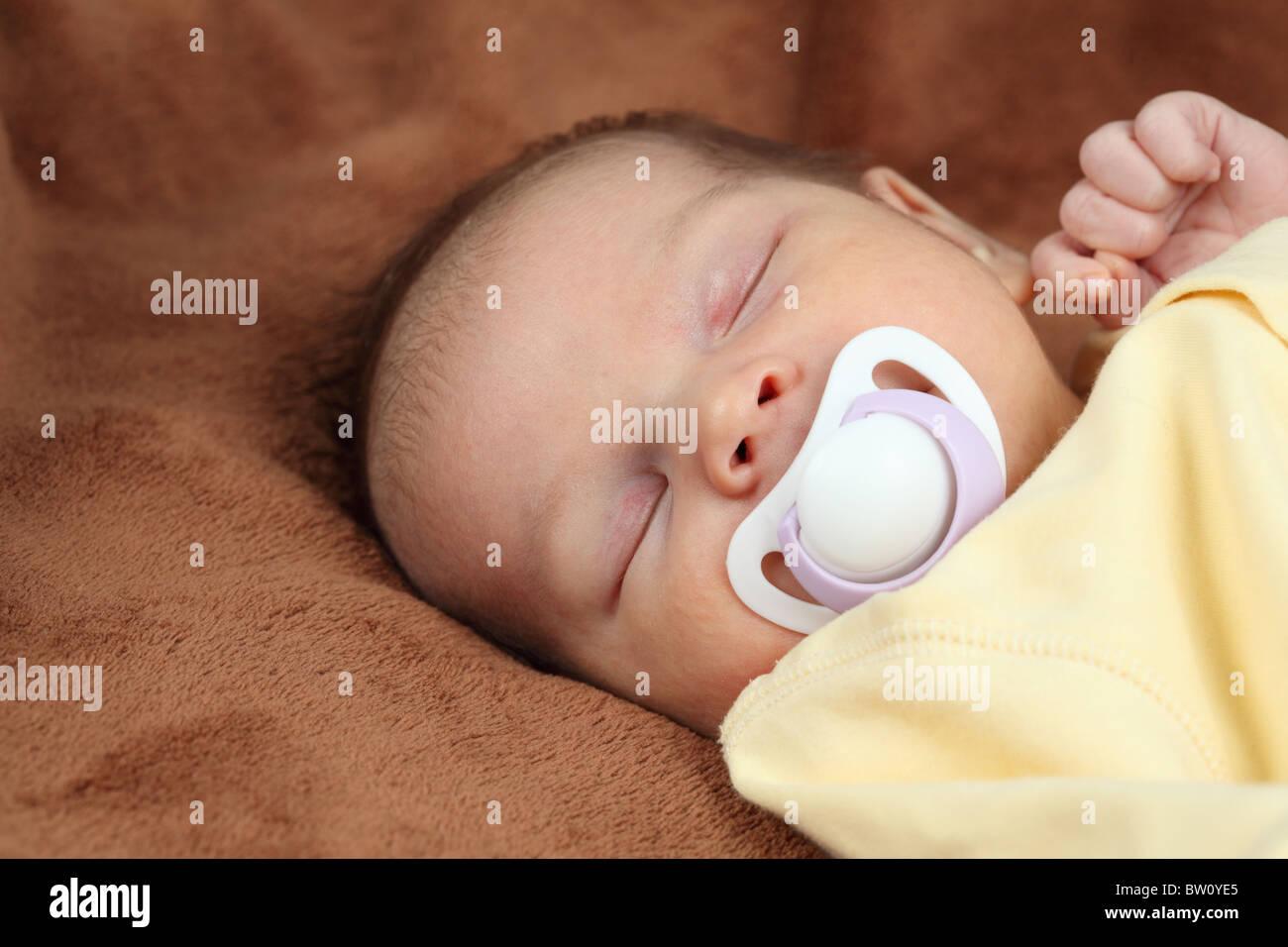 Neugeborene schlafen auf weichen braunen Decke Stockbild