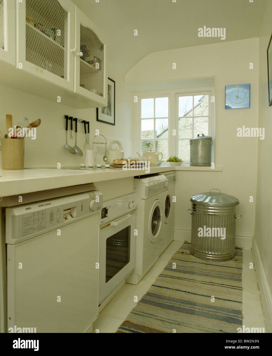 Geschirrspüler und Backofen und Waschmaschine unter Arbeitsplatte in ...