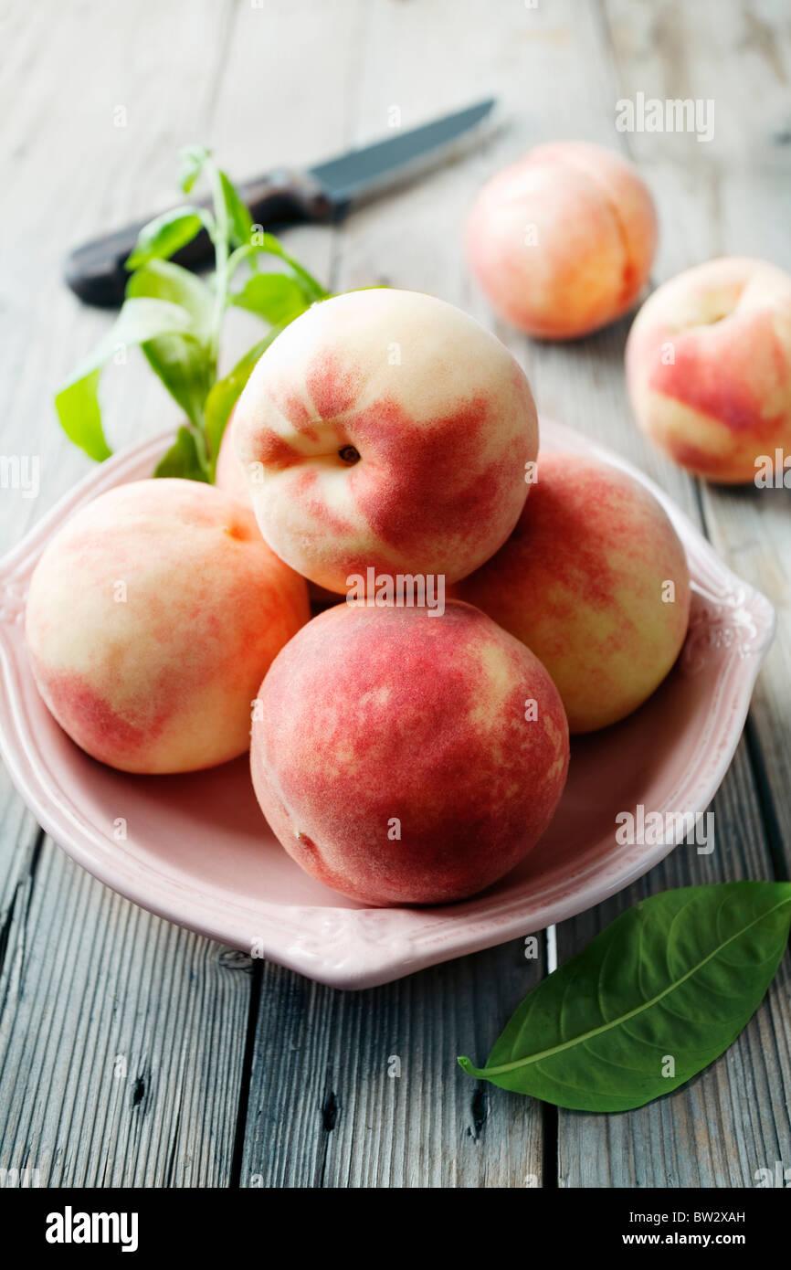 Schüssel mit frischen Pfirsichen Stockbild