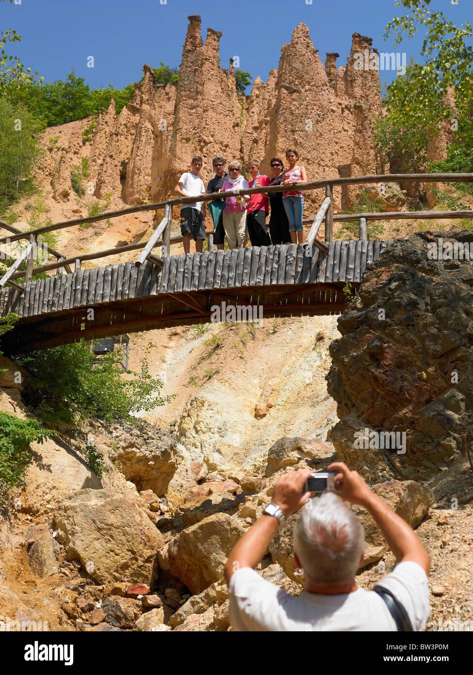 Touristen in der Stadt des Teufels, natürliches Phänomen In Serbien Stockbild