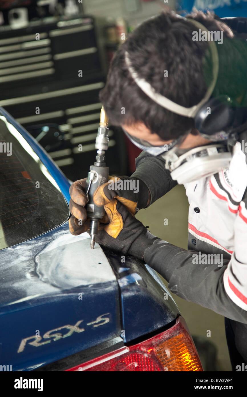 Mechaniker dabei detaillierte Karosserie Stockbild