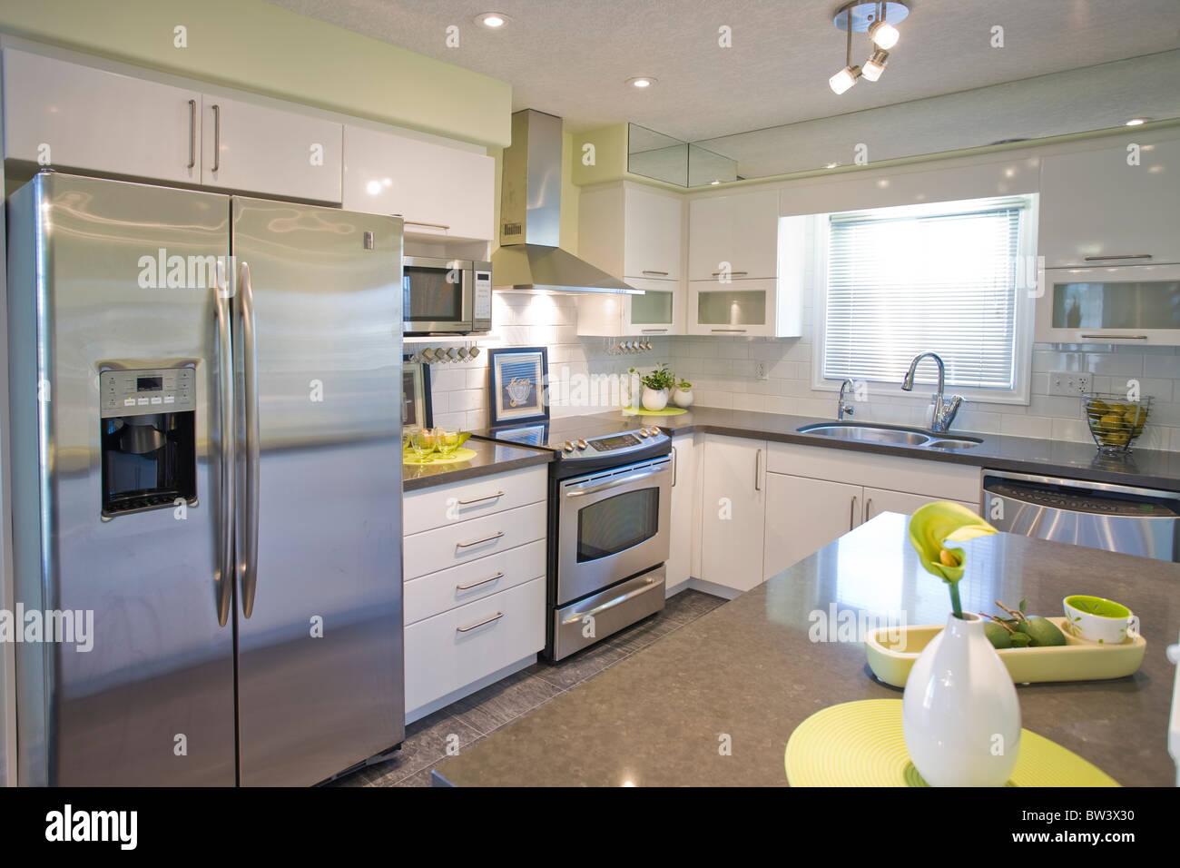 Moderne Küche mit Edelstahl-Kühlschrank Stockfoto, Bild ...