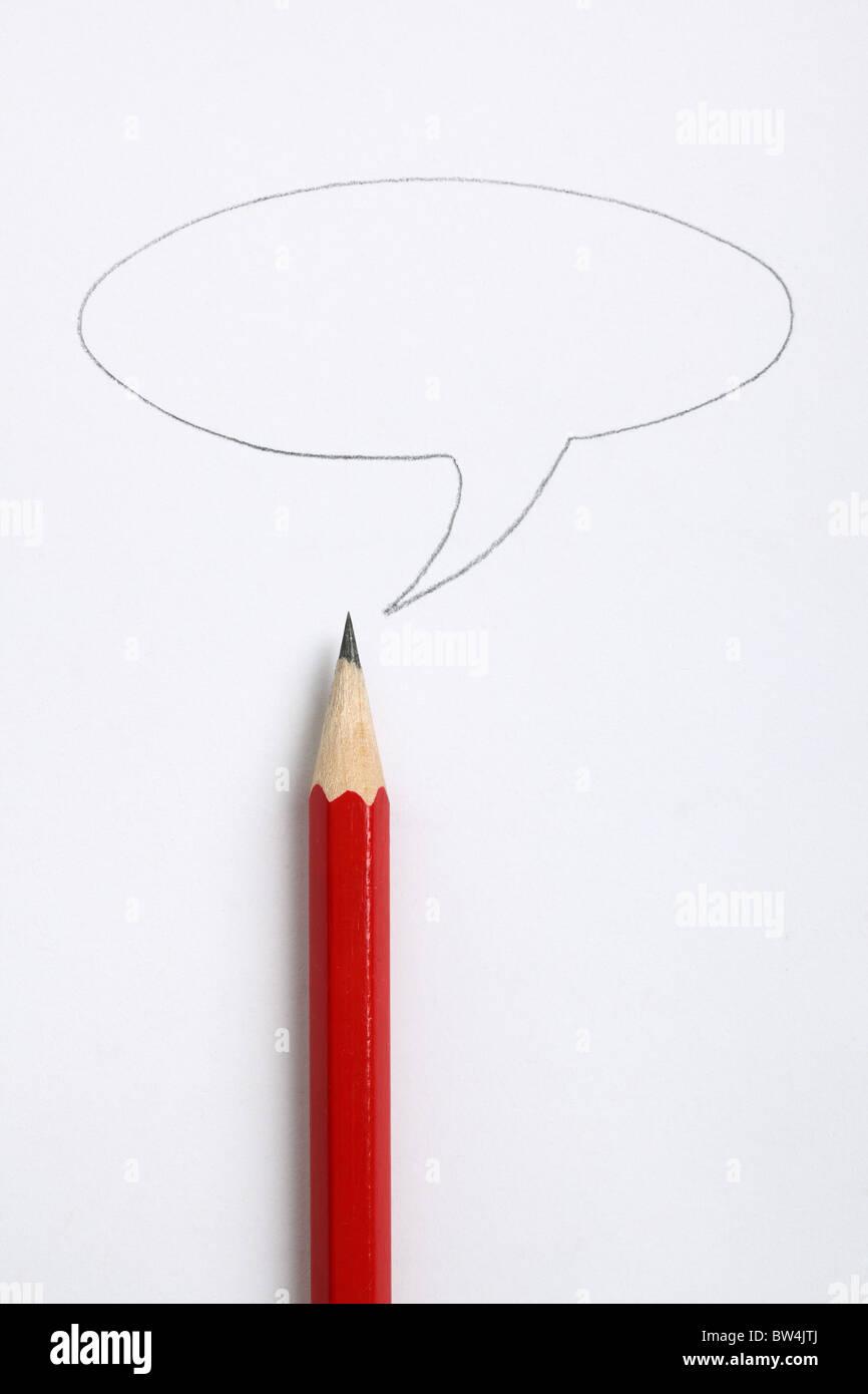 Sprechblase und scharfer roter Buntstift Stockbild