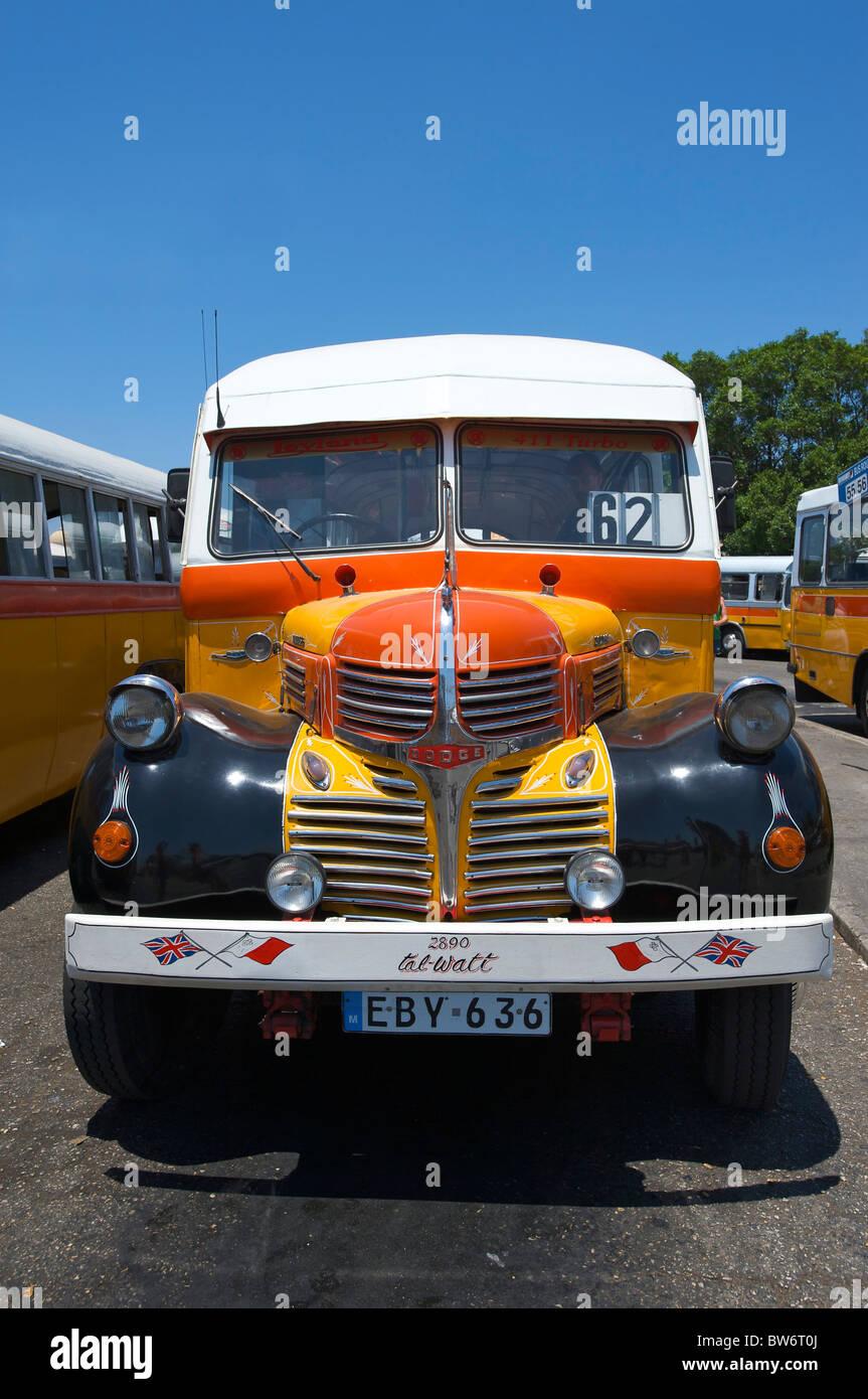 Typische Busse in Valletta, Malta Stockbild