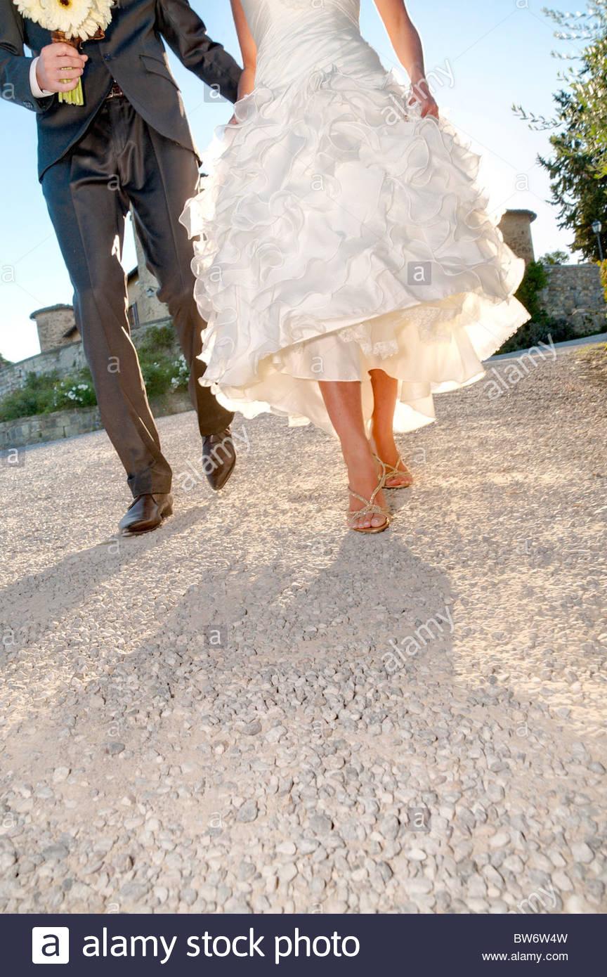 Braut und Bräutigam gemeinsam gehen Stockbild