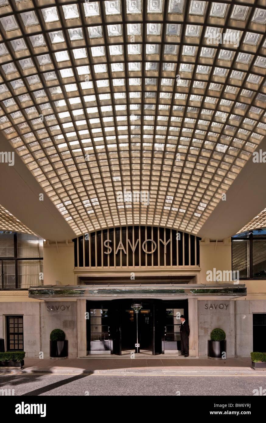 Riverside Eingang in das renovierte Savoy Hotel in London - wurde im Oktober 2010 wiedereröffnet. Stockbild