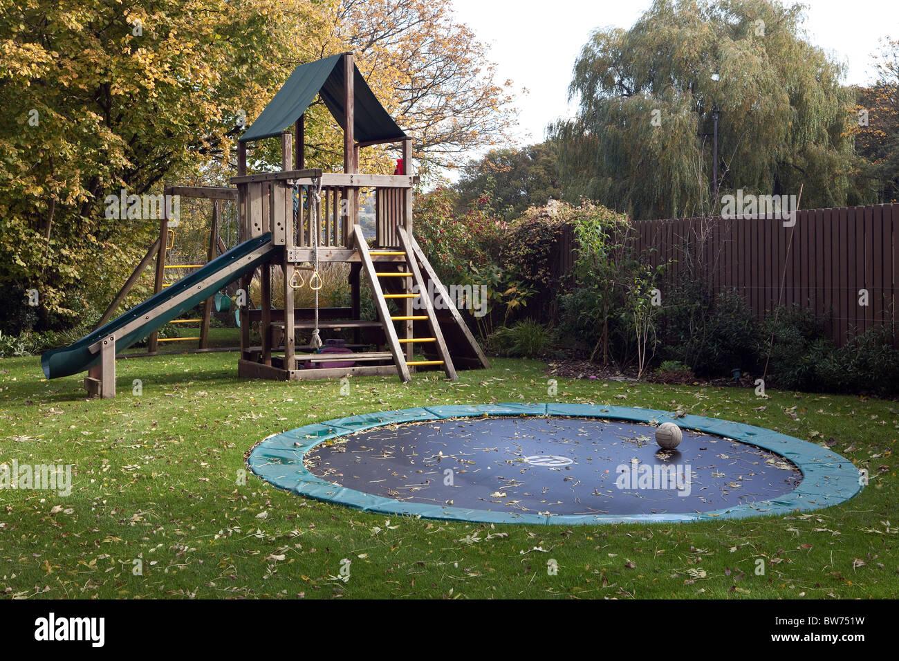 Klettergerüste Für Den Garten : Klettergerüst rutsche und trampolin im garten stockfoto bild