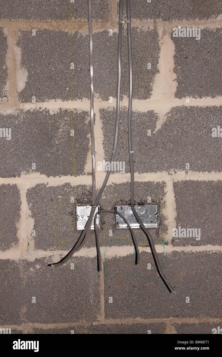 elektrische Licht Schaltkasten während der Installation auf Arbeit Blockwand vor dem Verputzen Elektriker Elektroarbeiten Stockbild