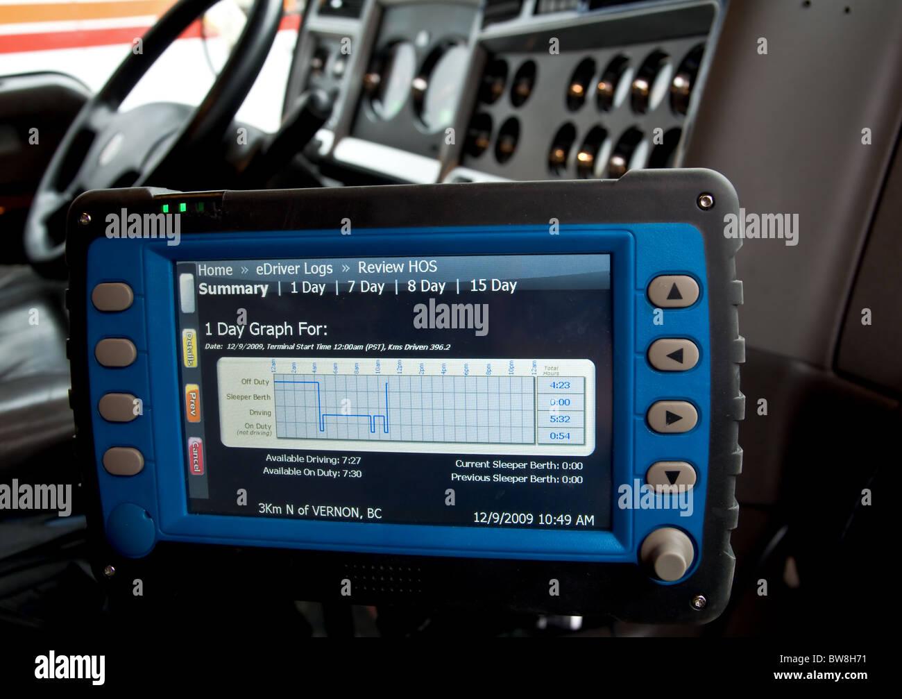 Ein elektronisches Fahrtenbuch für LKW-Fahrer verfolgt von den Stunden des Dienstes. Stockbild