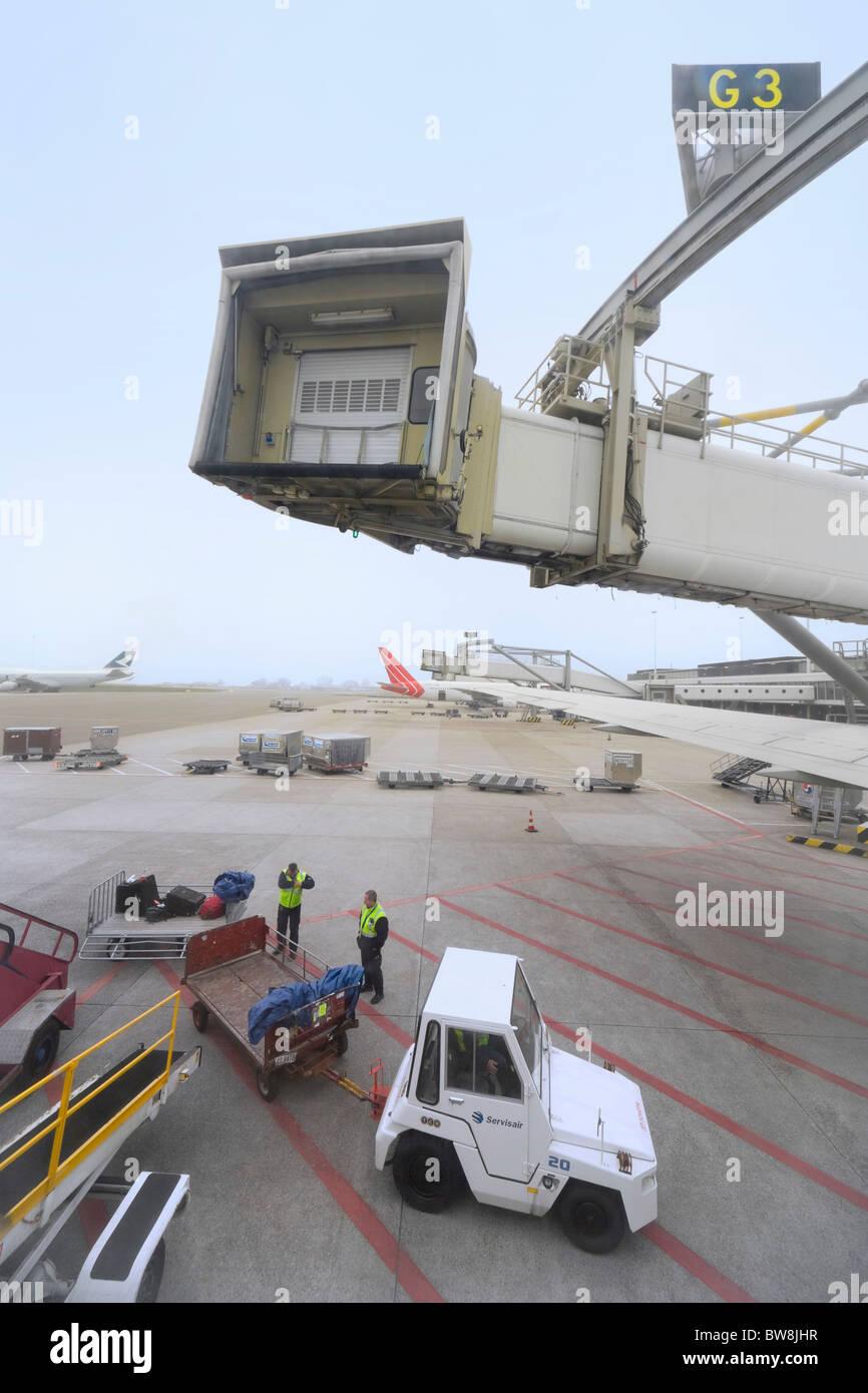 Gepäckabfertigung Gepäck für die USA am Flughafen Amsterdam Schiphol unter Jetway laden. Fracht-Jettainers Stockbild