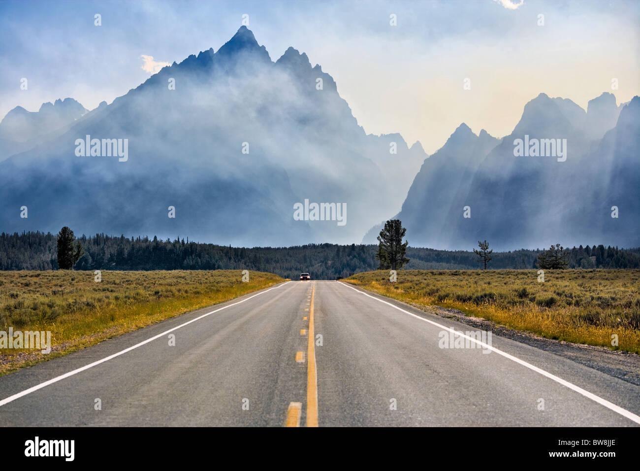 Mount Teton in Grand Teton Nationalpark Wyoming. Jenny Lake Loop Road Scenic Byway. Rauch aus kontrollierte Brände. Stockbild