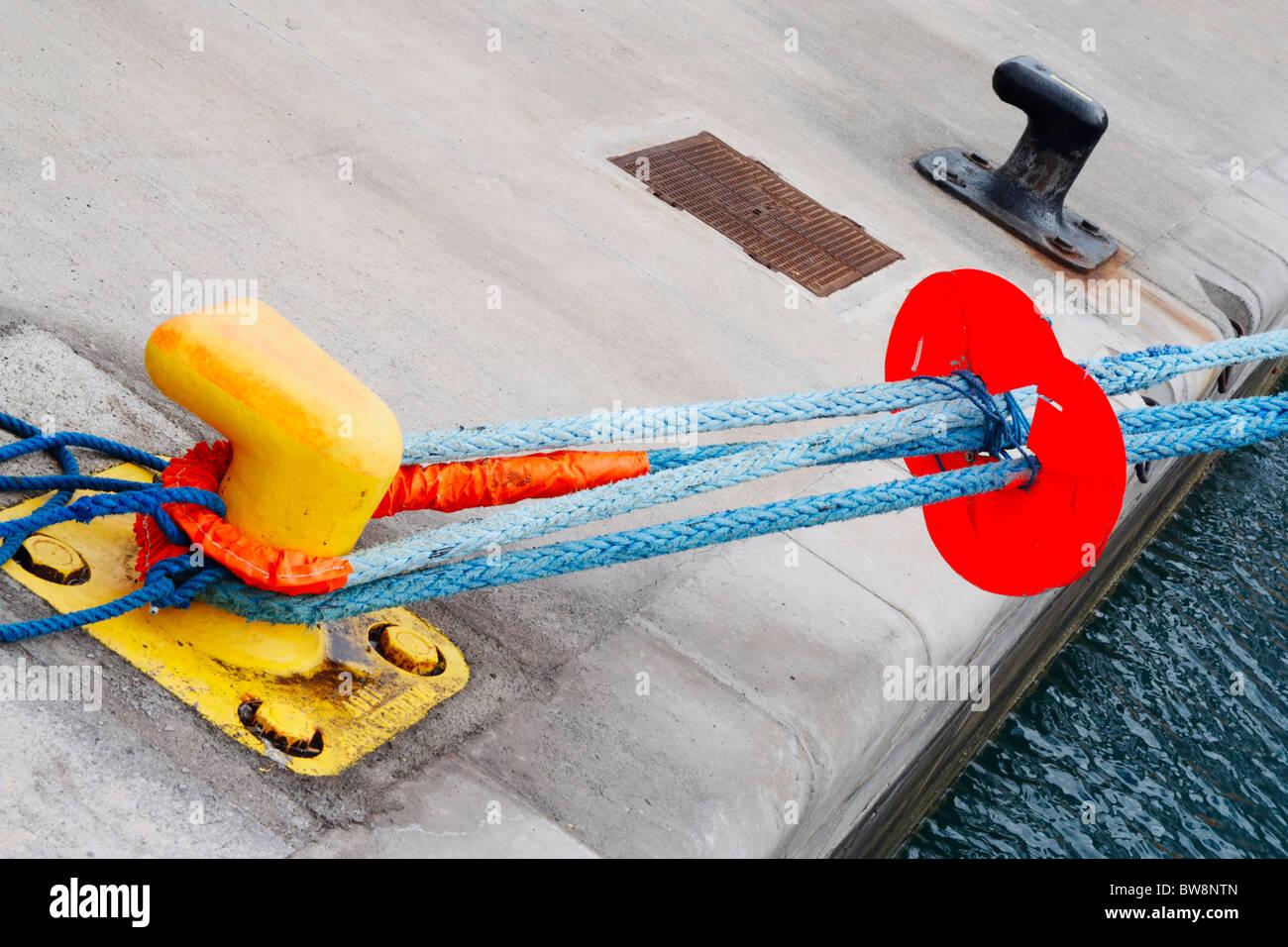 Schiff vor Anker, Poller mit runden Scheibe am Seil, um zu verhindern, dass Ratten, die immer auf Schiff Stockbild
