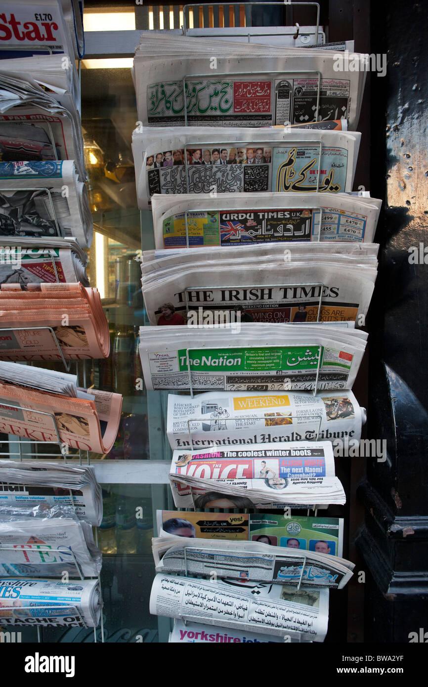 Internationale und lokale Zeitungen Stockbild