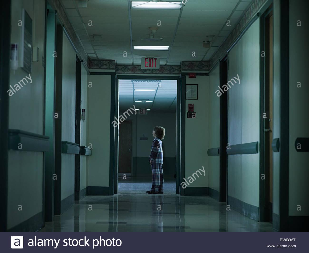 Junge allein im Krankenhausflur Stockbild