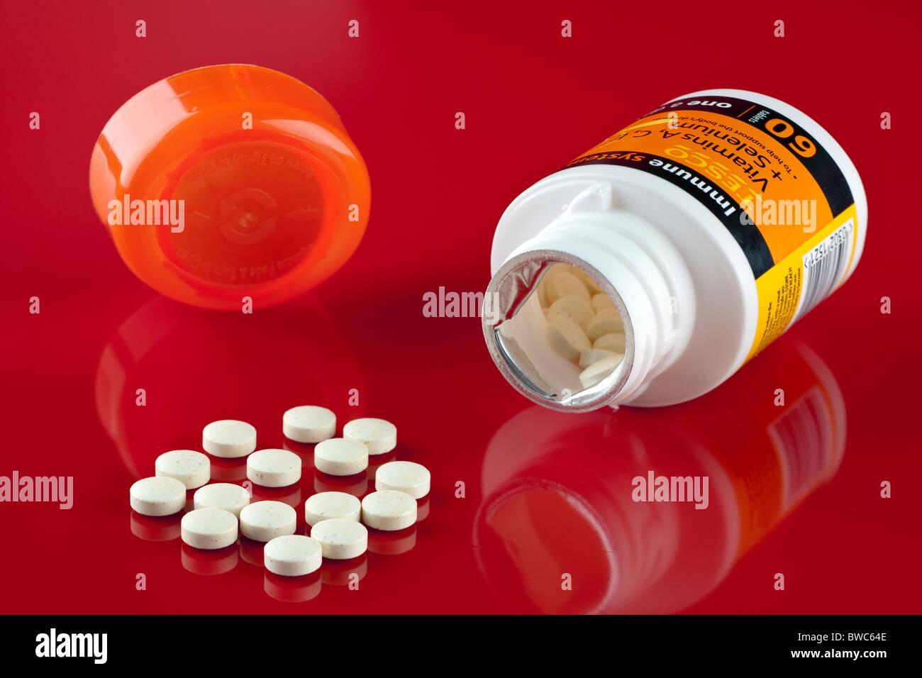 60 Tablette Wanne mit Tesco eine ein Tag Vitamine A-C-E und Selen Stockbild