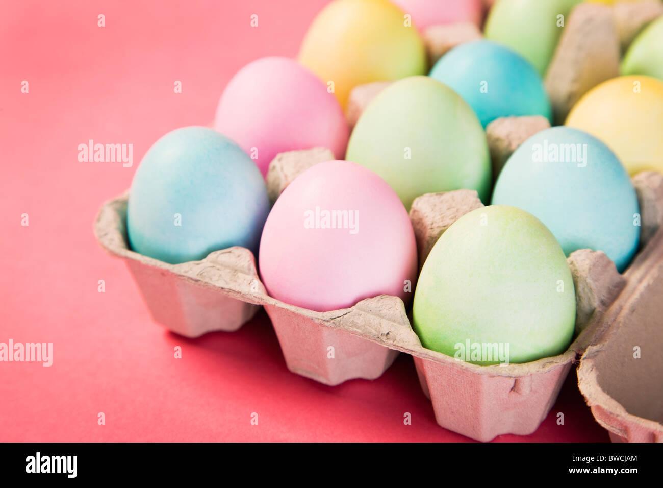 Studioaufnahme von Easter Eggs in Karton Stockbild