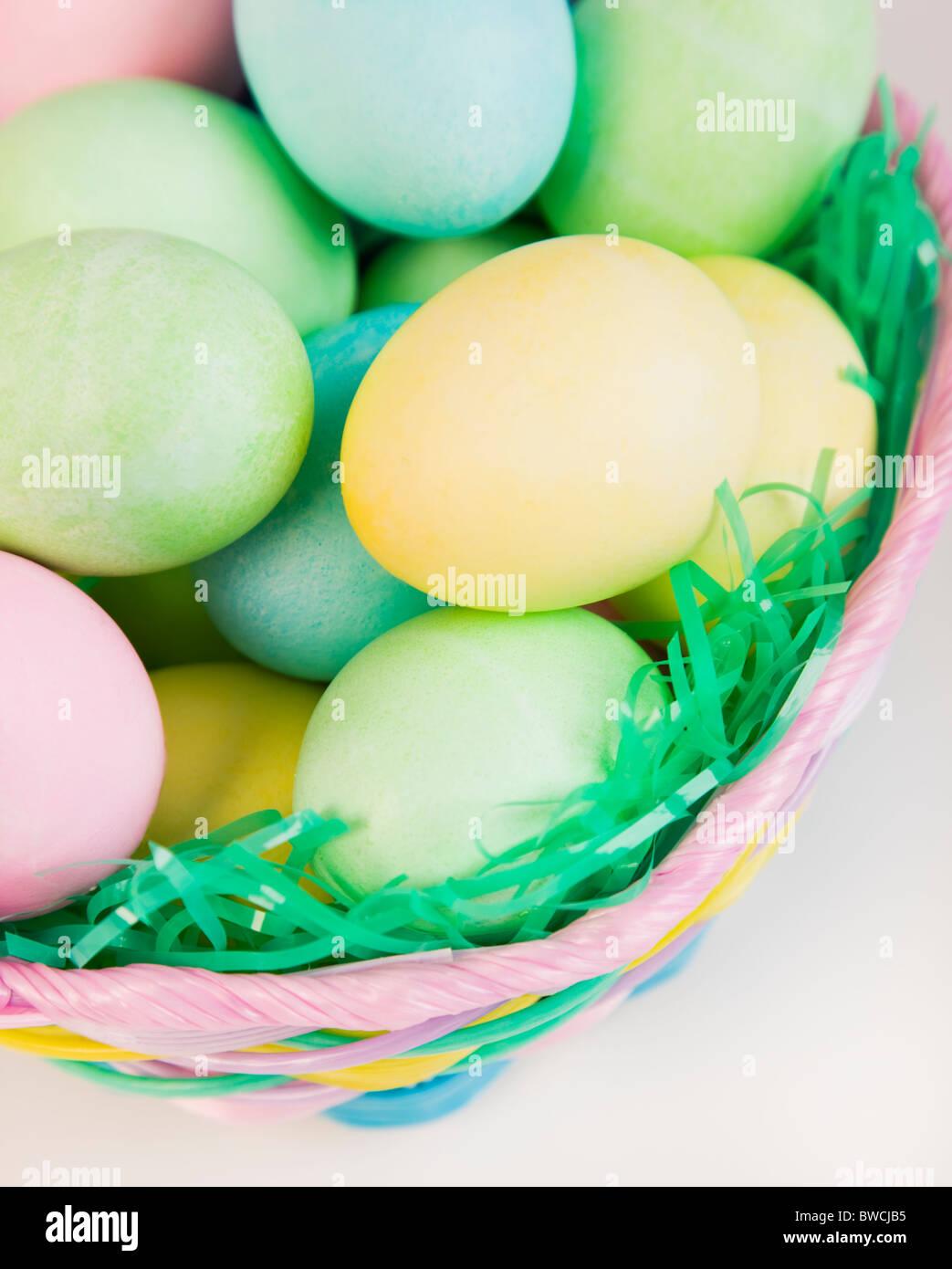 Studioaufnahme von Easter Eggs in Korb Stockbild
