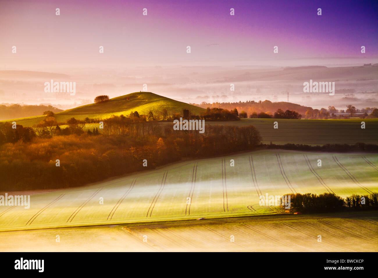 Nebligen Herbst Sonnenaufgang von Knapp Hill über Vale of Pewsey in Wiltshire, England, UK Stockbild
