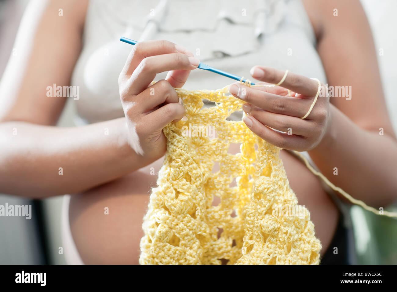 Schwangere Mutter Eine Gelbe Baby Decke Häkeln Stockfoto Bild