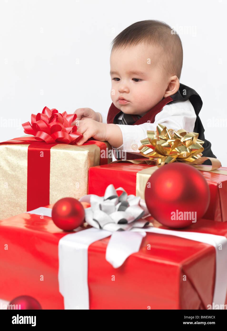 Sechs Monate altes Baby junge Weihnachtsgeschenke zu öffnen ...