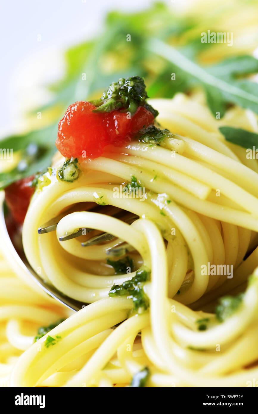 Makroaufnahme von Spaghetti drehte sich um eine Gabel Stockfoto