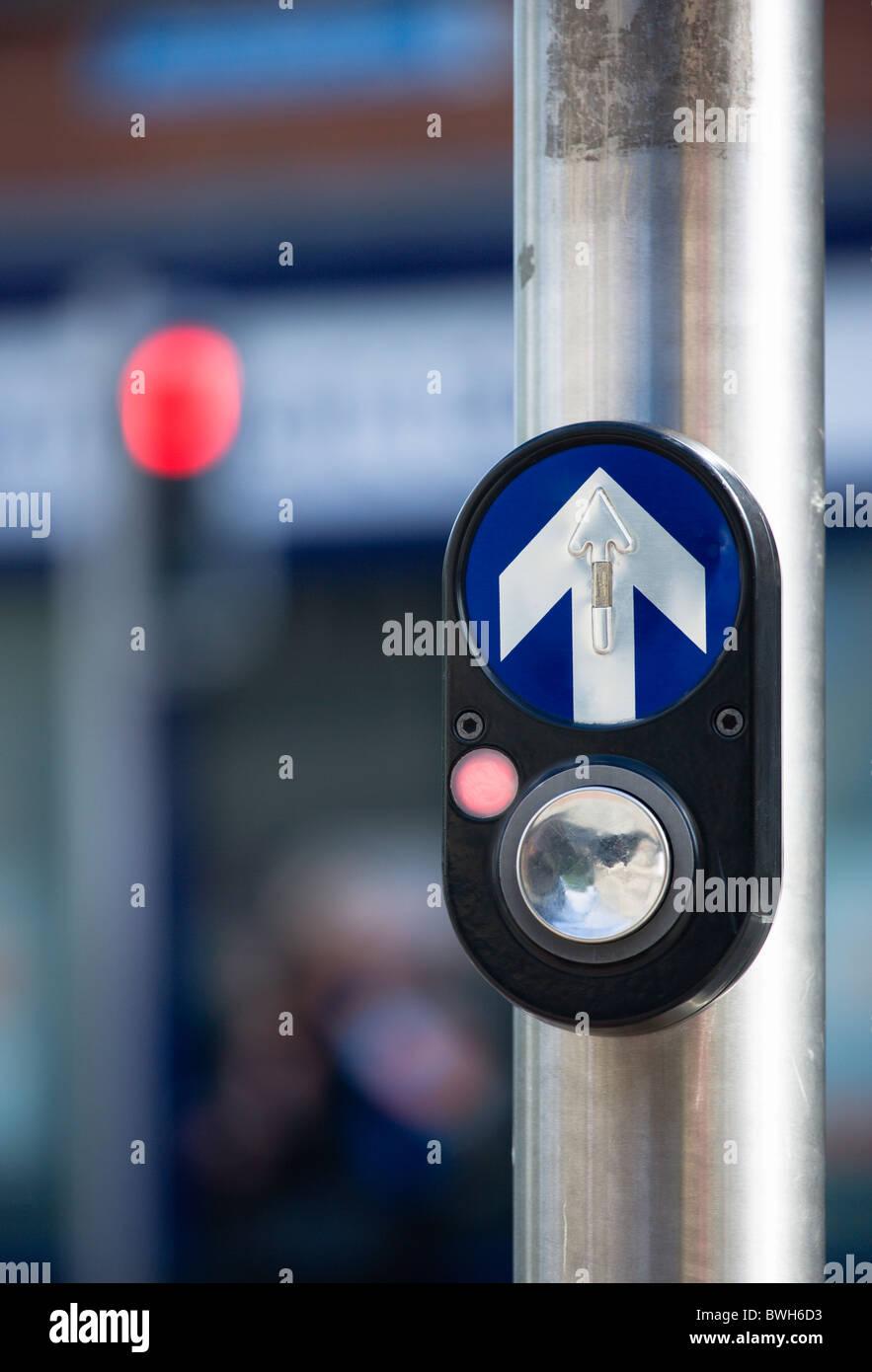 Irland, County Dublin, Dublin City, Ampel geregelte Fußgängerüberweg Schaltfläche mit Halt Rotlicht Stockbild