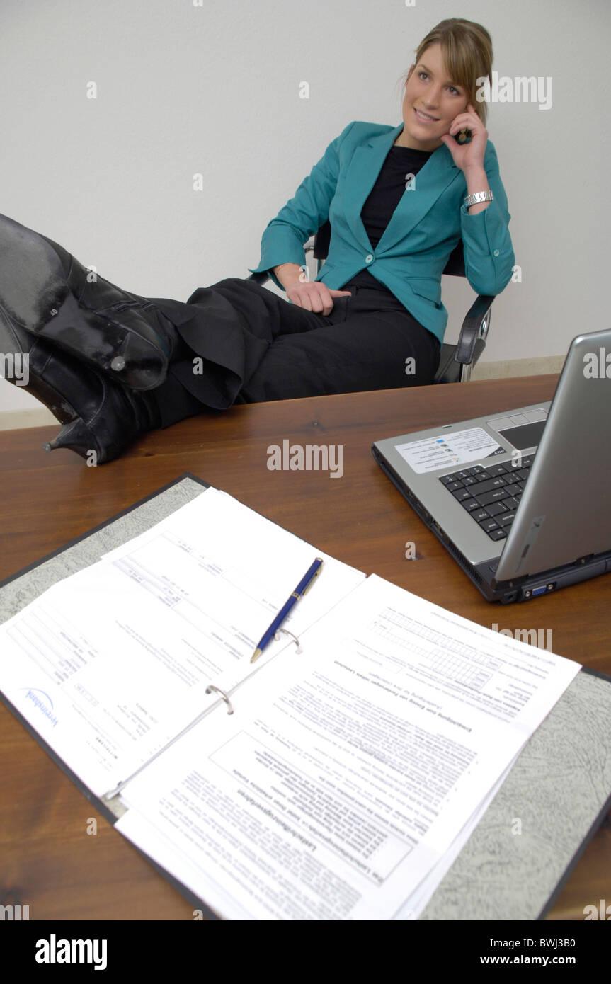 Frau b ro mitarbeiter f e am tisch schreibtisch hoch for Schreibtisch hoch