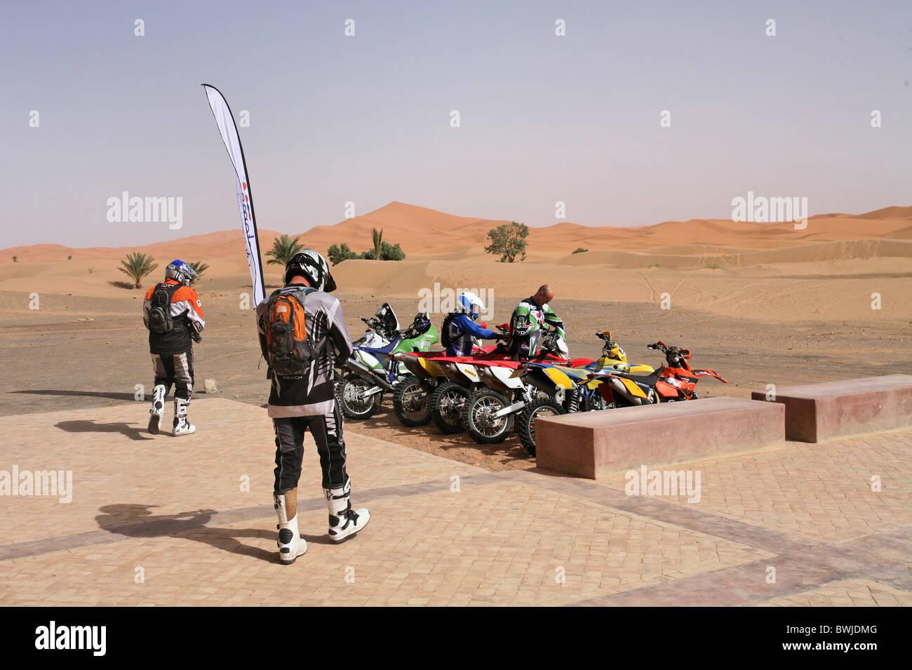 Motorsport-Moto cross Enduro Abenteuer Motrrad Motorräder Motorräder Wüste Sahara Merzouga Marokko Stockbild