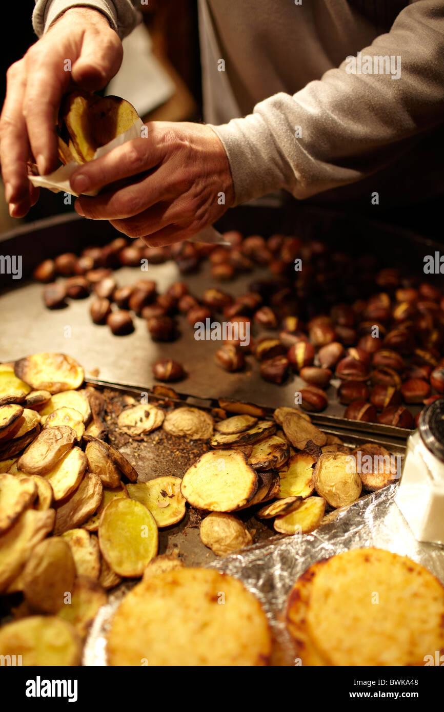 gebratene Kastanien und gechipt Kartoffeln Braten Stockbild