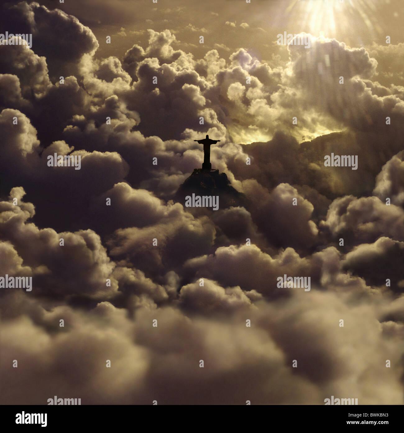 Blick auf die Statue von Jesus Christus inmitten von Cumulus-Wolken bei Sonnenuntergang, Rio De Janeiro, Brasilien, Stockbild