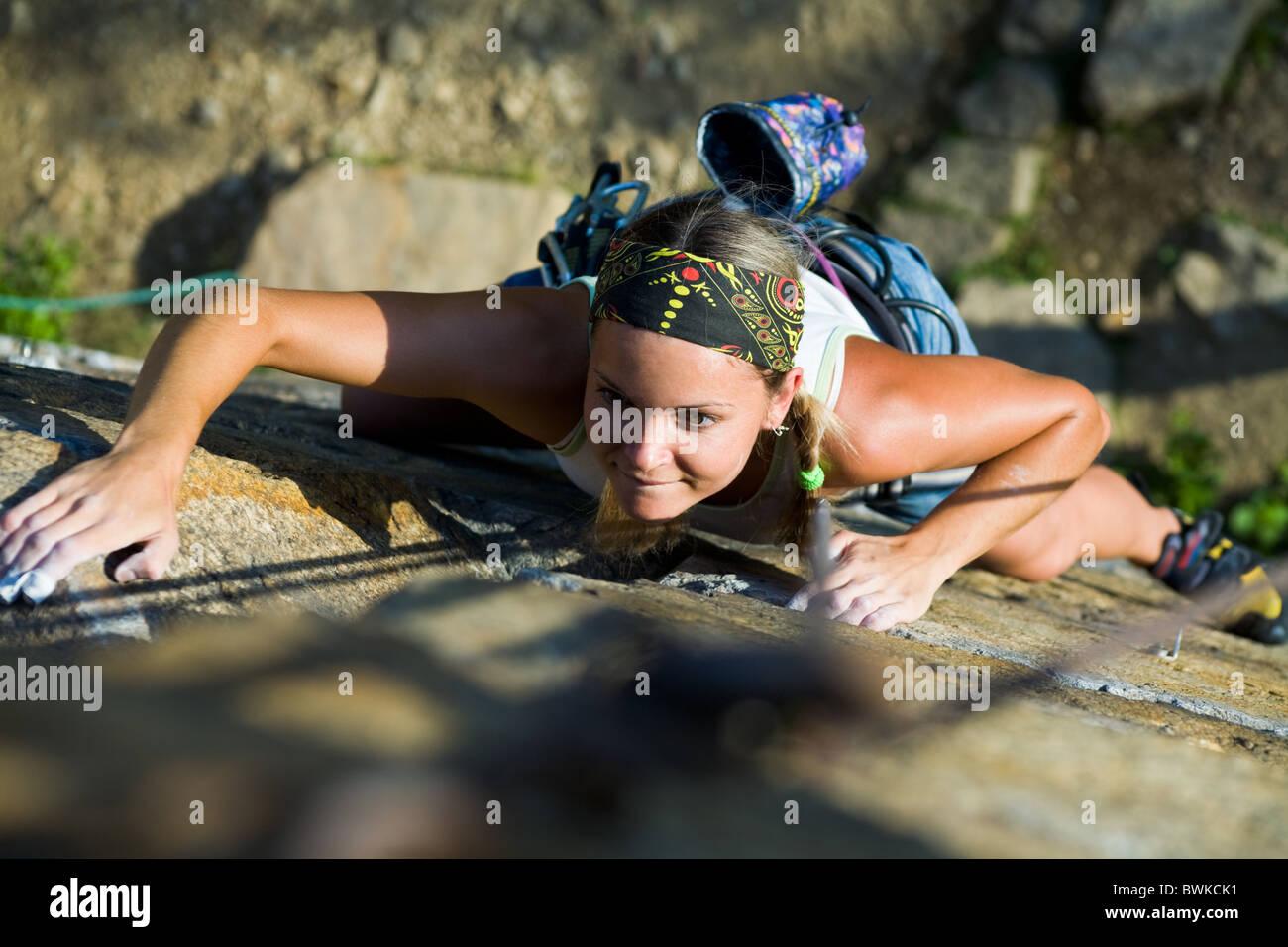 Foto von Frau herzlich Klettern am Berg Stockbild