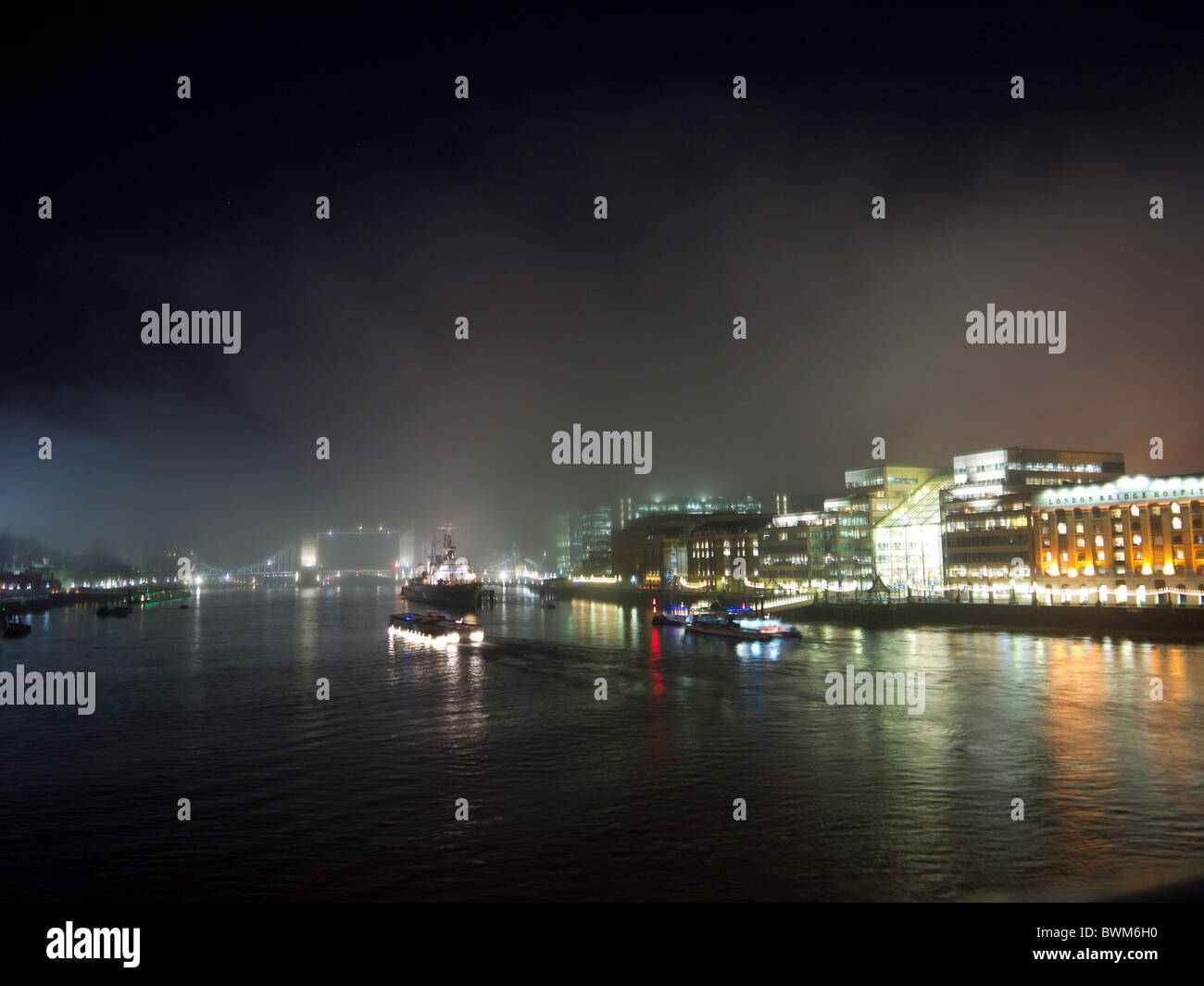 Die Ansicht von der London Bridge, als Nebel rollt über ...