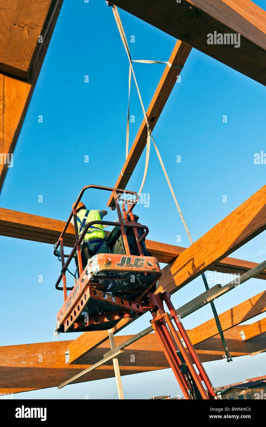 Aufbau eines strukturellen Brettschichtholz Rahmens auf einer ...