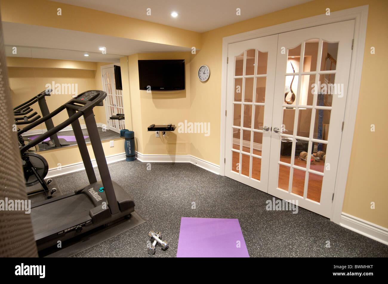 Fitnessraum Mit Geraten In Einem Luxus Wohn Keller Ausuben Stockfoto
