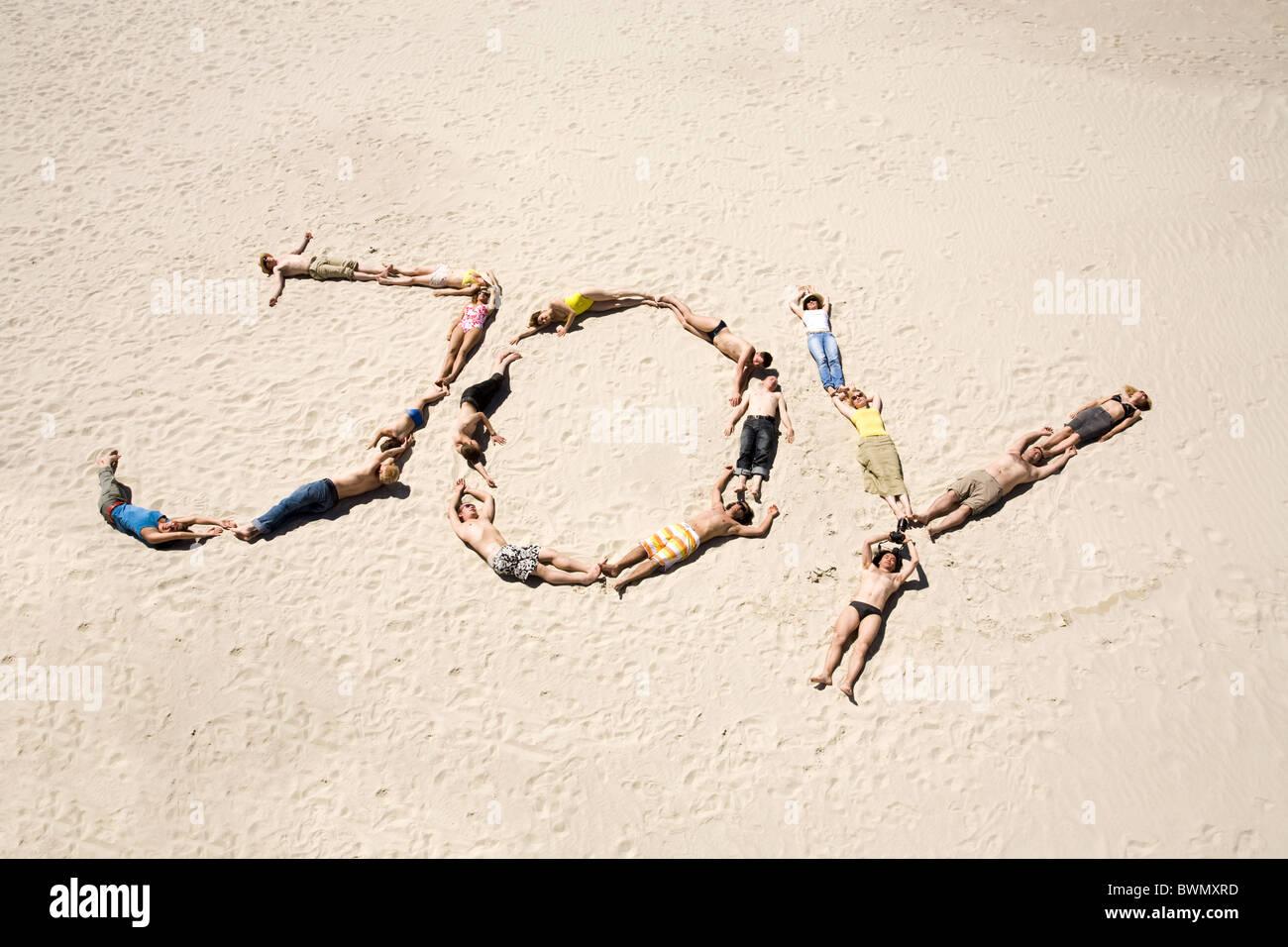 Bild der Wort-Freude, bestehend aus jungen Menschen ruht auf dem sand Stockbild