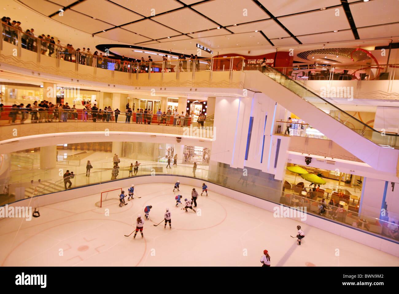 China Asien Hong Kong Kowloon Elemente Einkaufszentrum April 2008 Läden Geschäfte Eislaufen Eishockey Stockbild
