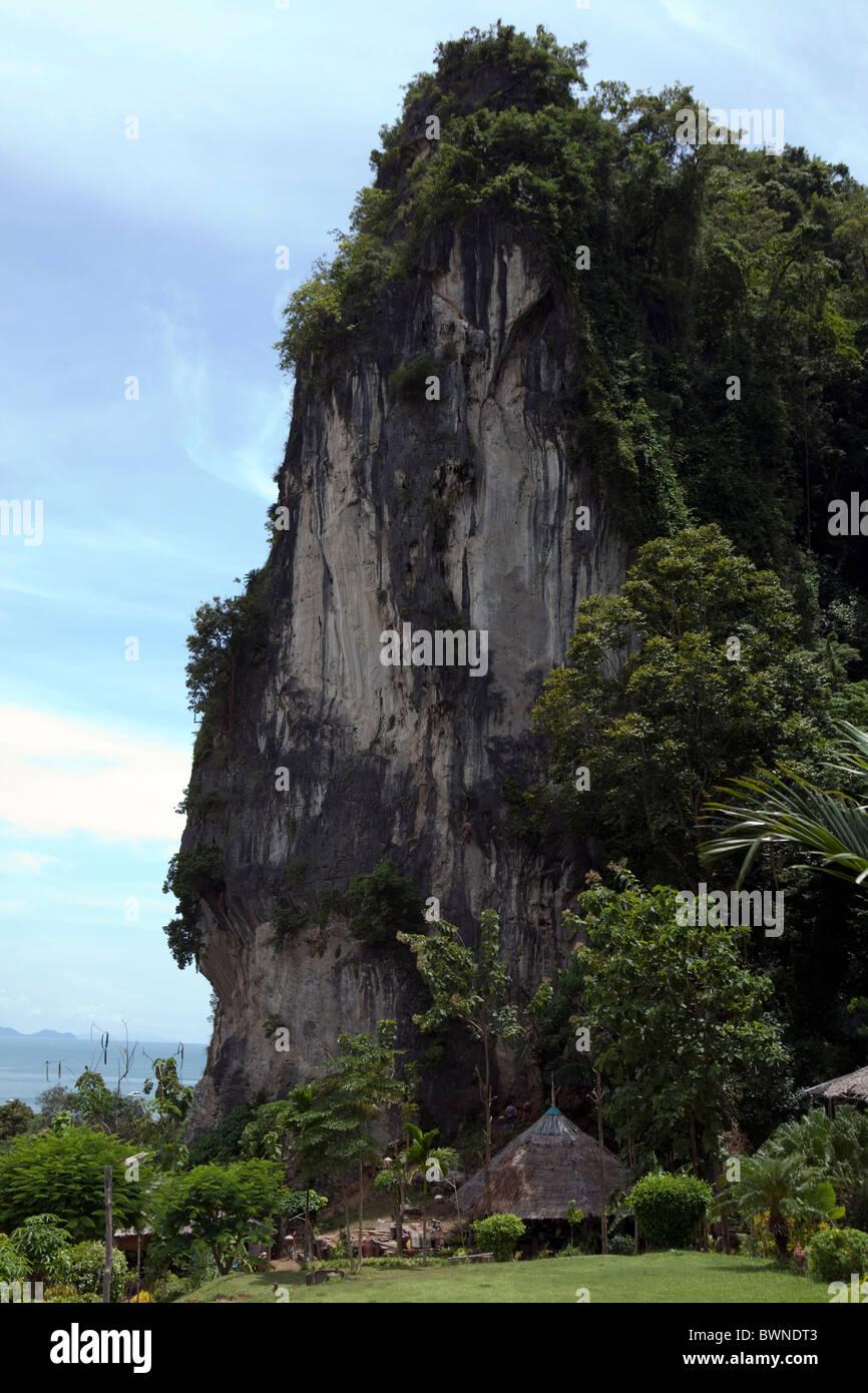 Einem Felsen zum Klettern ist Sen in Railay, Thailand Stockbild