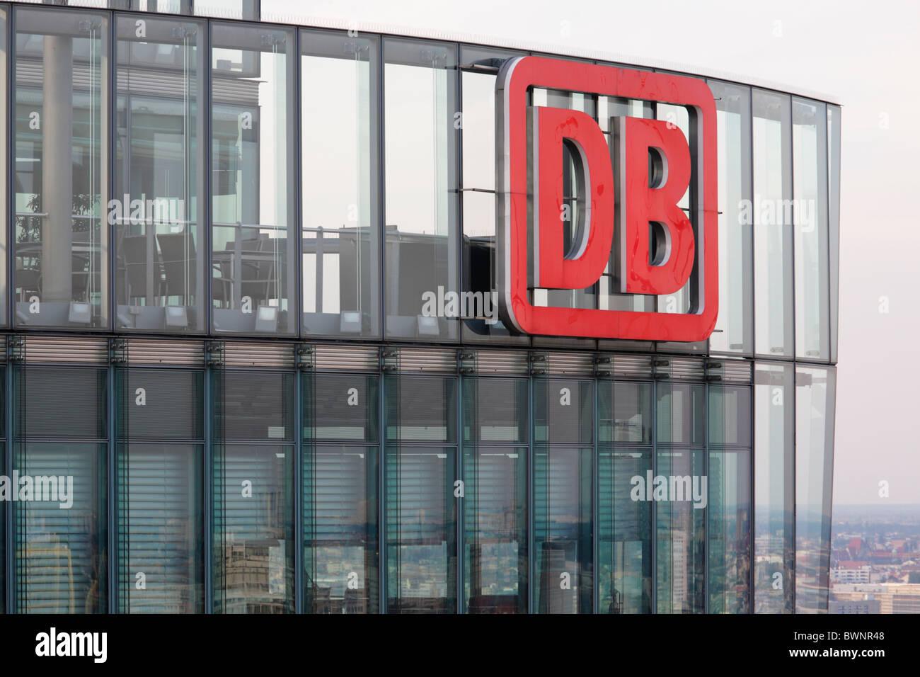 DB-Logo auf das Bürogebäude der Firma Deutsche Bahn in Berlin; DB Tower in Berlin Stockbild