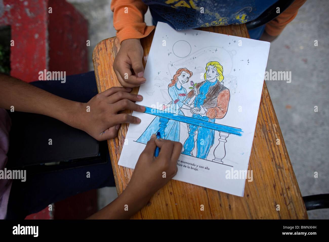 Kinder malen ein Aschenputtel mit dem blauen Prinzen in einem ...