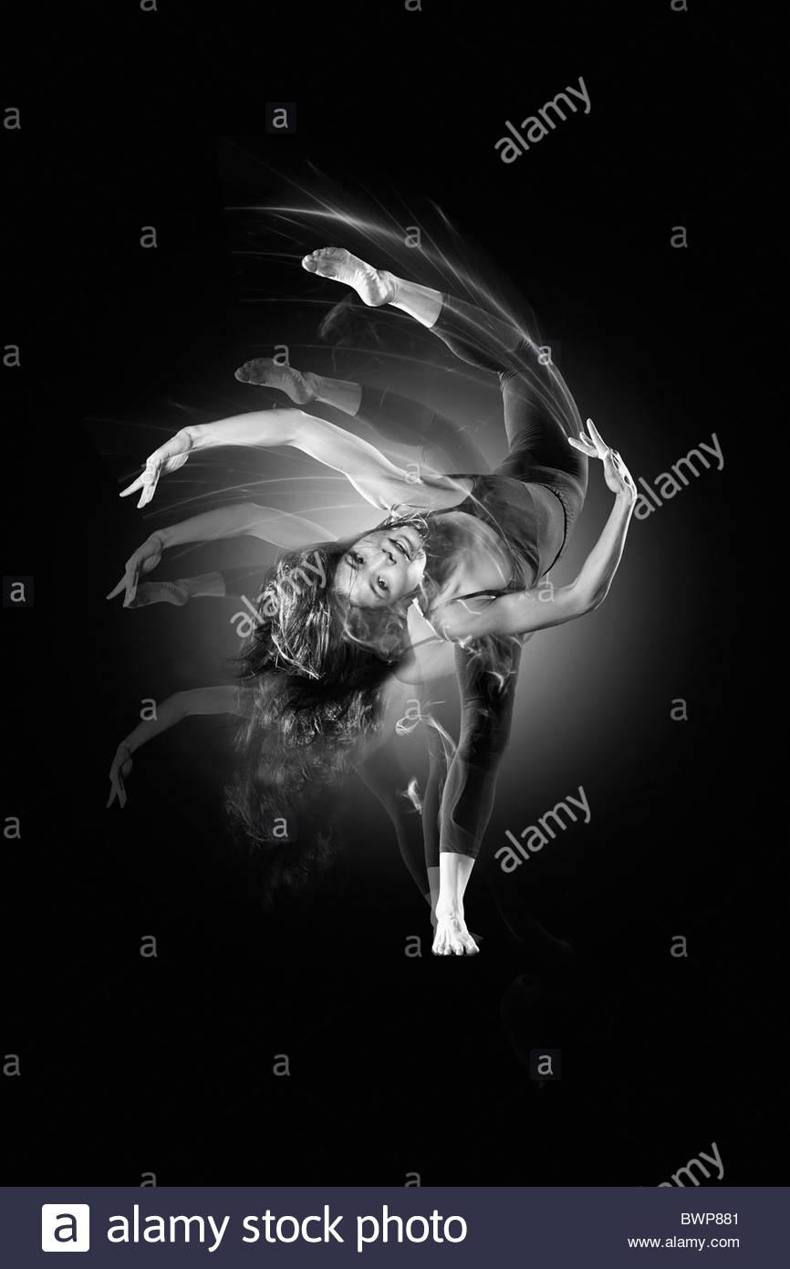 Flexible Frau tanzt Stockbild
