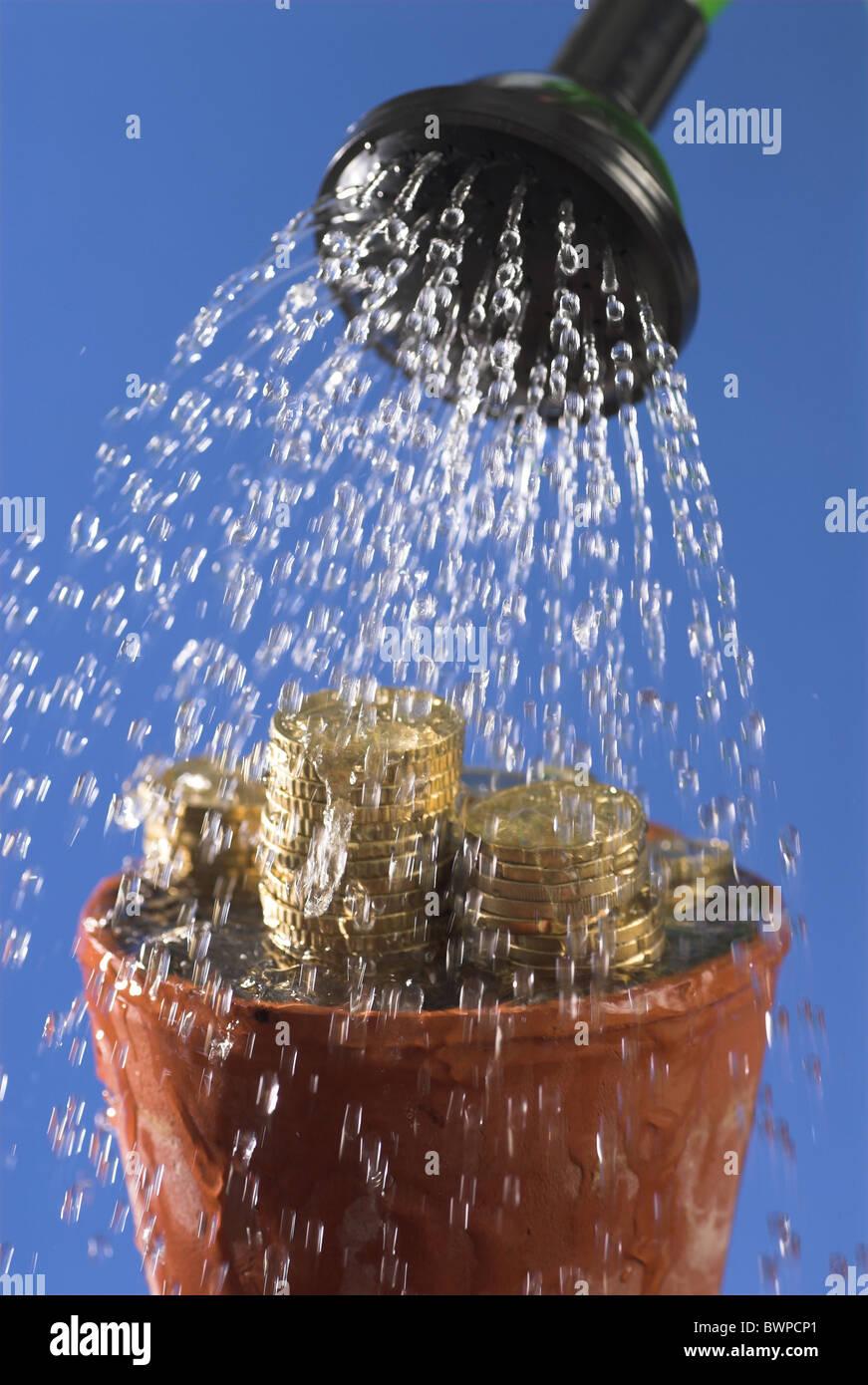 Geldwäsche-Symbol Konzept Blumentopf Münzen Münzen Währung Wasser Dusche Duschen Sprinkler Finance Stockbild