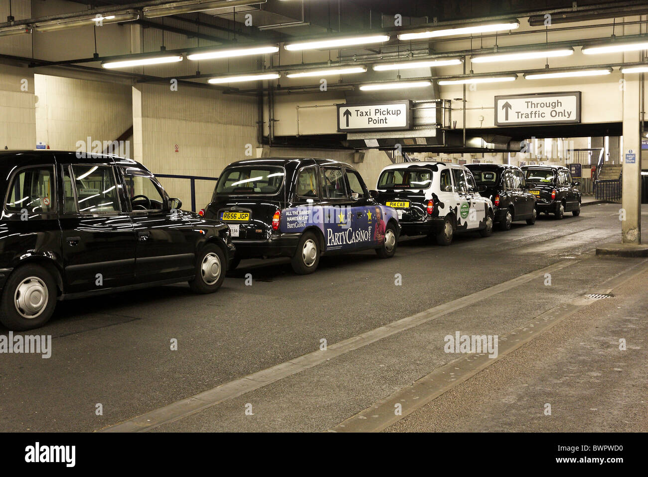 black cabs taxi rank stockfotos black cabs taxi rank bilder alamy. Black Bedroom Furniture Sets. Home Design Ideas