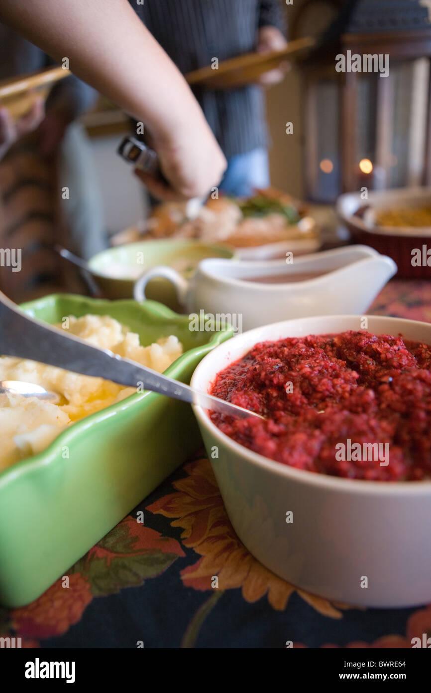 die Hand reichend, Selbstbedienung am Buffet Abendessen, Familienurlaub, USA Stockbild