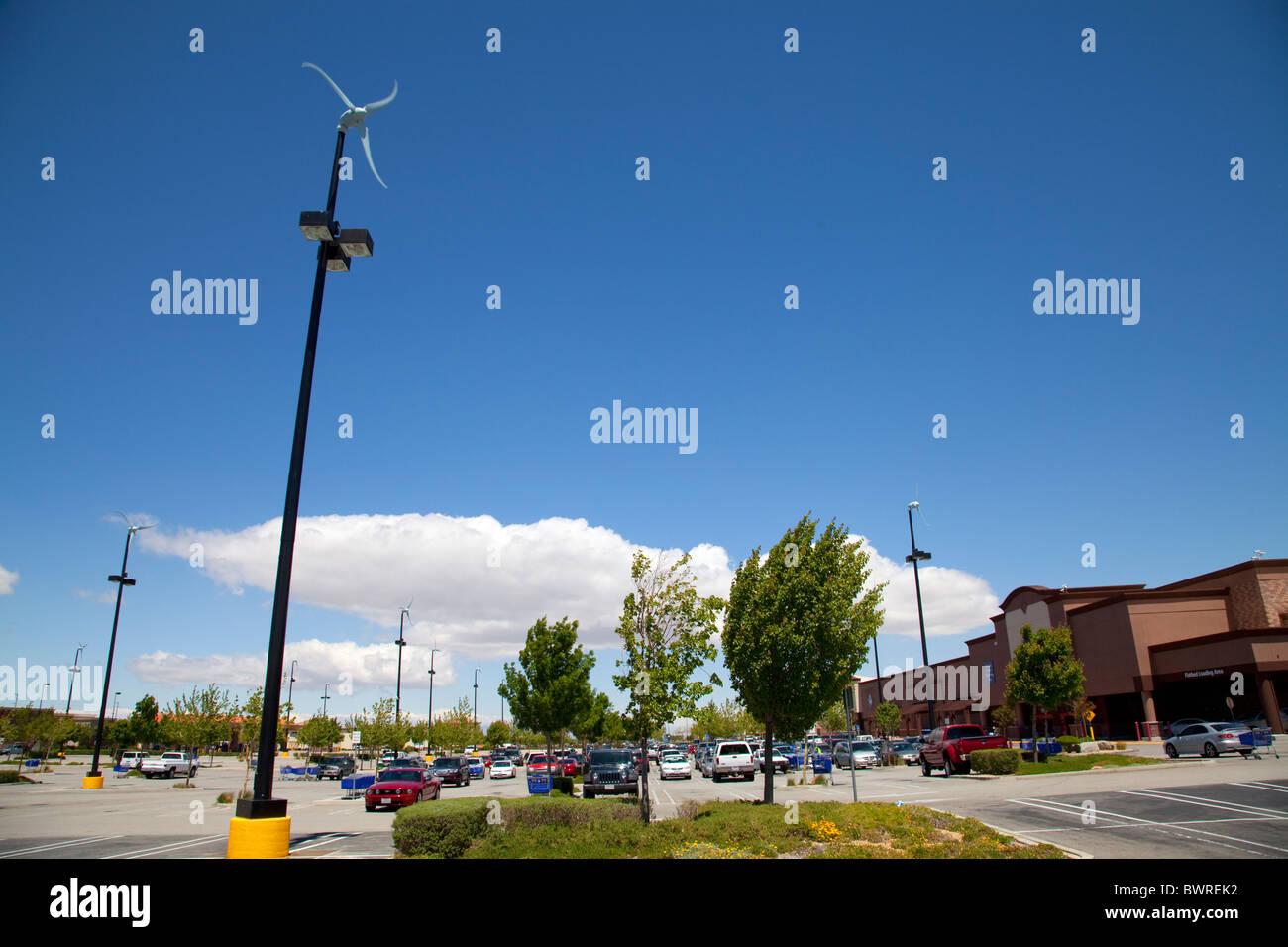 17 Mikro-Windturbinen auf Parkplatz des Sams Club und Walmart, Palmdale, Los Angeles County, Kalifornien, USA Stockbild
