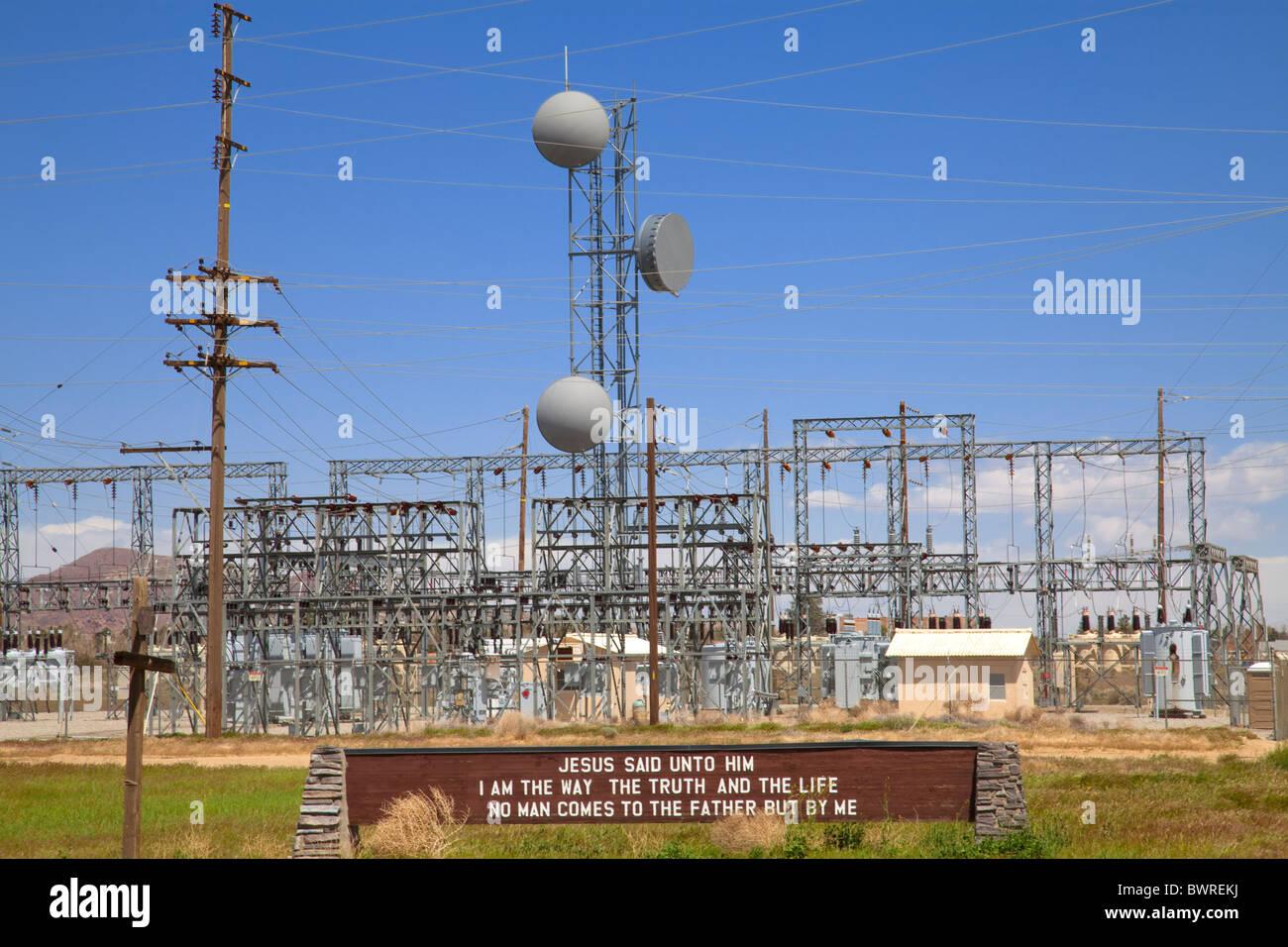 Strom-Anlage mit religiösen Zeichen, Rosamond, Kern County, Kalifornien, USA Stockbild