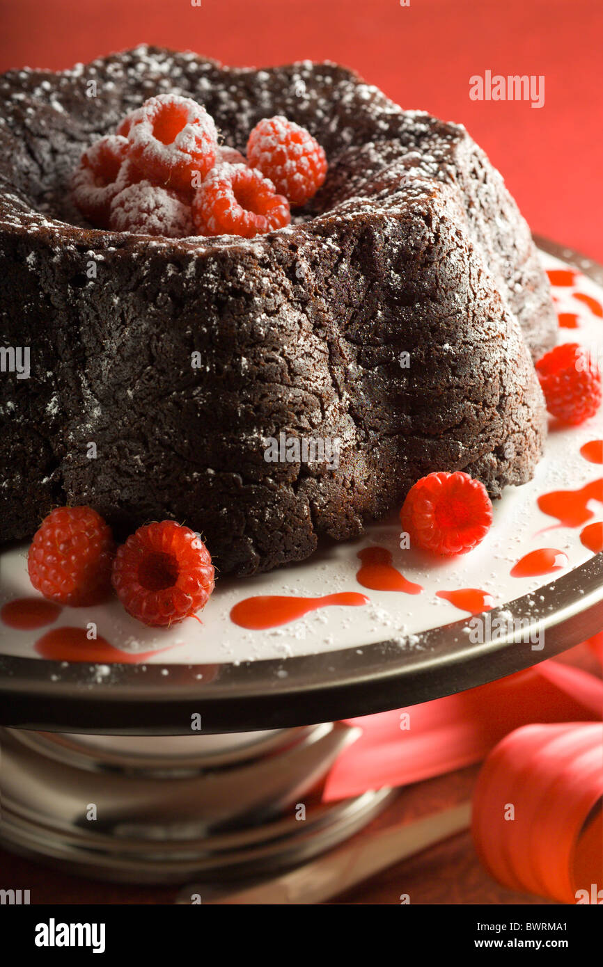 Chocolate Fudge Cake mit Himbeer-Coulis. Stockbild