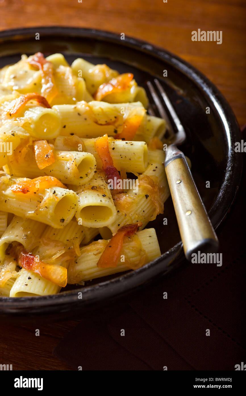 Pasta mit Guanciale, Pecorino-Käse, Zwiebeln und schwarzem Pfeffer. Stockbild