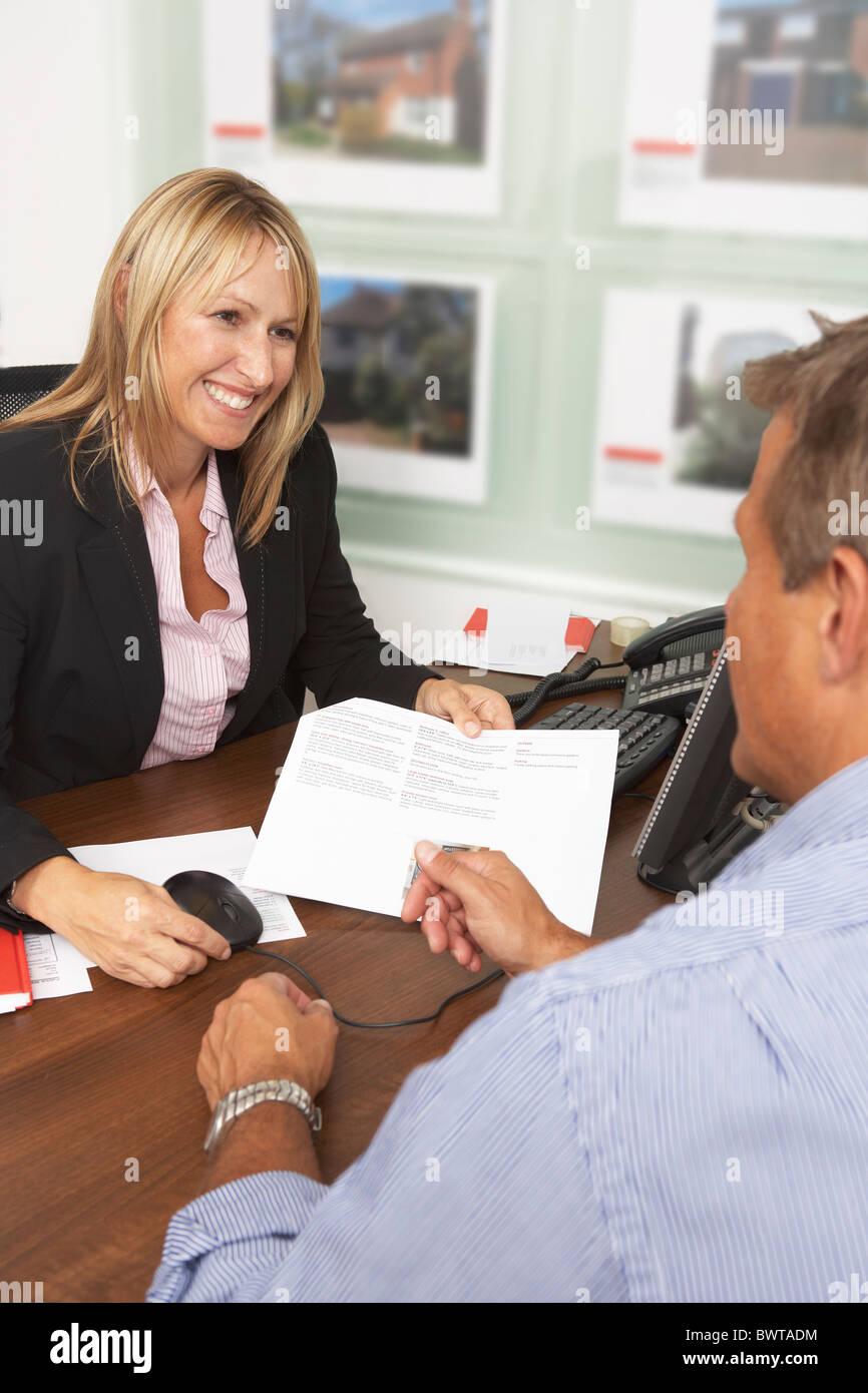 Weibliche Estate Immobilien Details mit Kunden diskutieren Stockbild