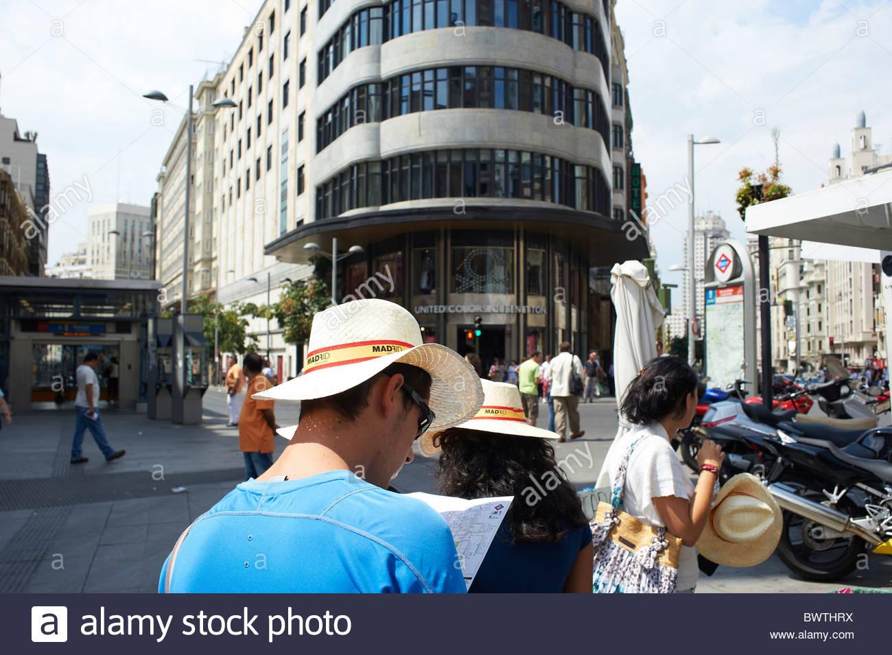 Touristen auf der Straße mit Blick auf eine Anleitung Karte in Madrid Sol Bereich verloren Stockbild