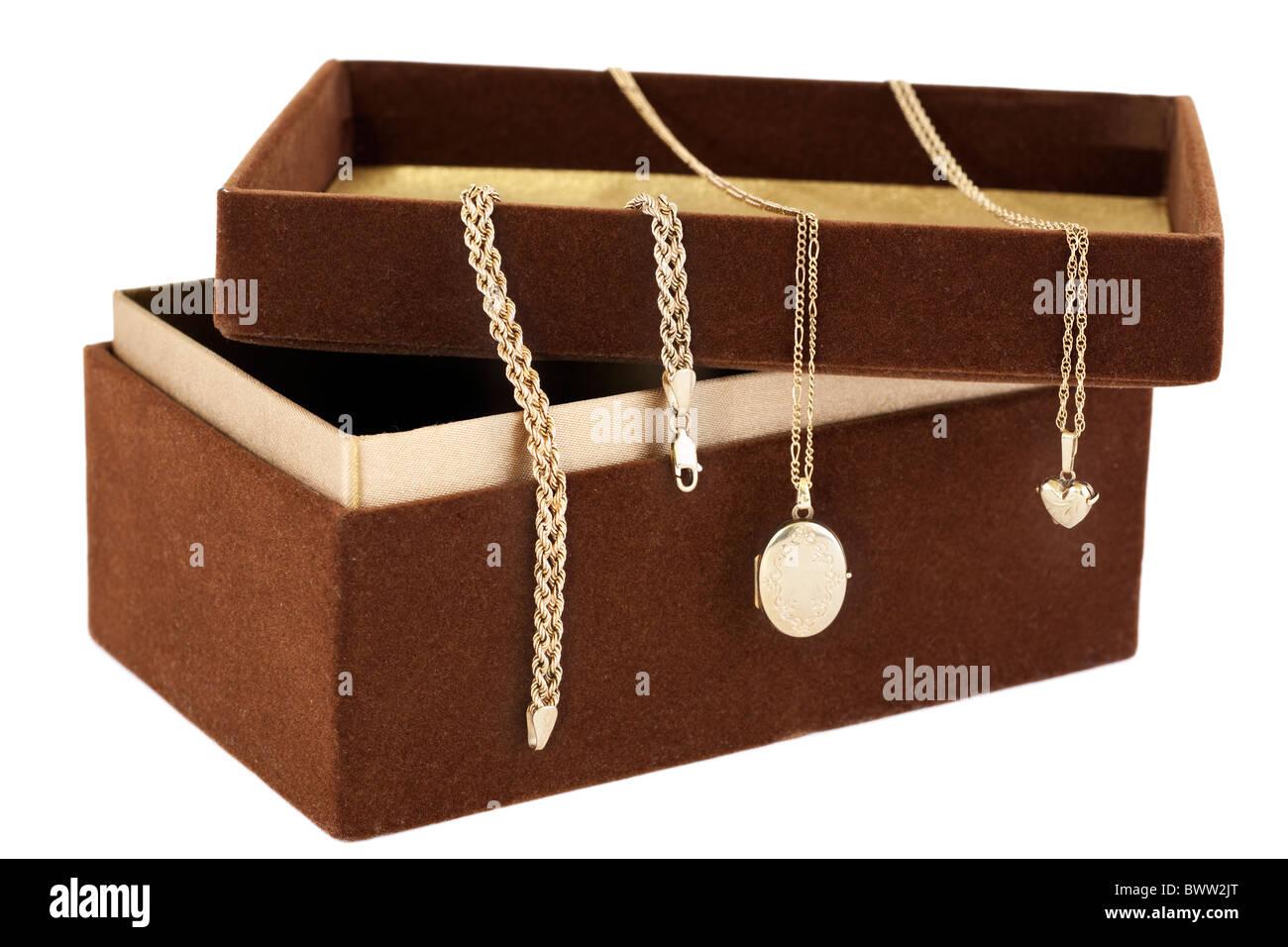"""Gold Schmuck drapiert über eine """"braune Wildleder"""" bedeckt länglichen Box mit geöffnetem Stockbild"""